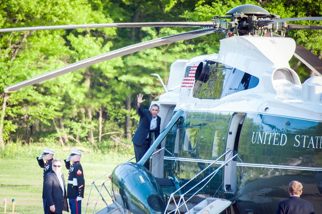 Obama steigt winkend in den Helikopter