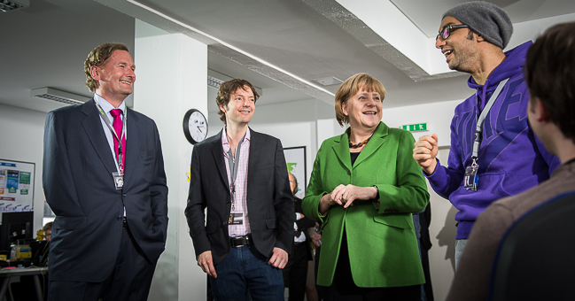 Kanzlerin Merkel (2.v.re.) mit den Gründern vom Internet Start-up Research Gate