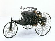 """Patent-Motorwagen 1"": three spoked wheels, a bench and an internal combustion engine"