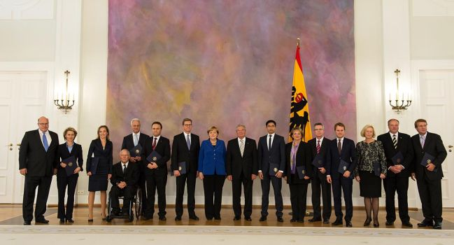 After Federal President Joachim Gauck presented the outgoing Cabinet with certificates of discharge