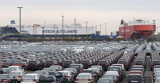 Autos vor Transportschiffen in Bremerhaven