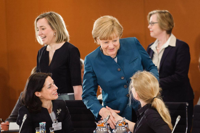 Bundeskanzlerin Angela Merkel begrüßt Teilnehmerinnen zum Gespräch im Kanzleramt.