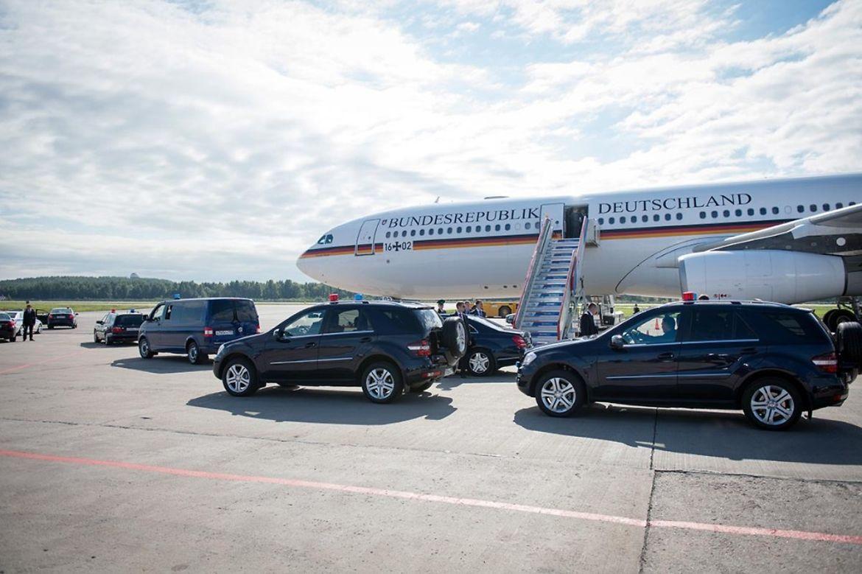 Die Wagenkolonne für die Delegation ist vor der Maschine der Bundeswehr vorgefahren.