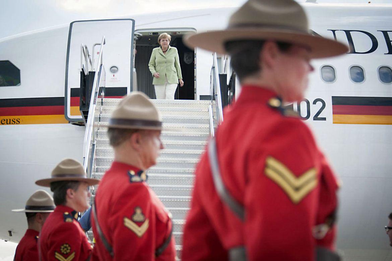 In Ottawa wird Bundeskanzlerin Merkel von einem Ehrenspalier kanadischer Soldaten begrüßt.