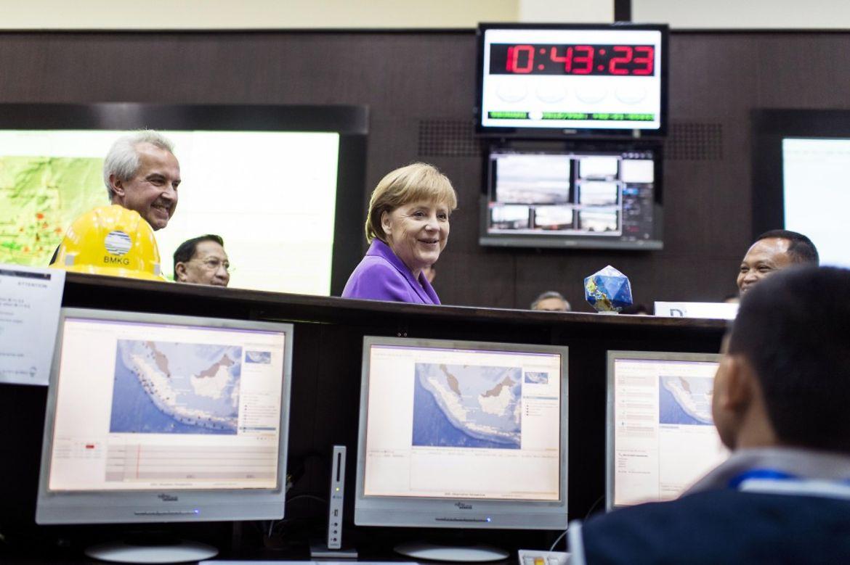 Bundeskanzlerin Merkel im Tsunami-Frühwarnzentrum.