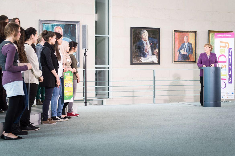 Bundeskanzlerin Merkel begrüßt die Mädchen im Kanzleramt.